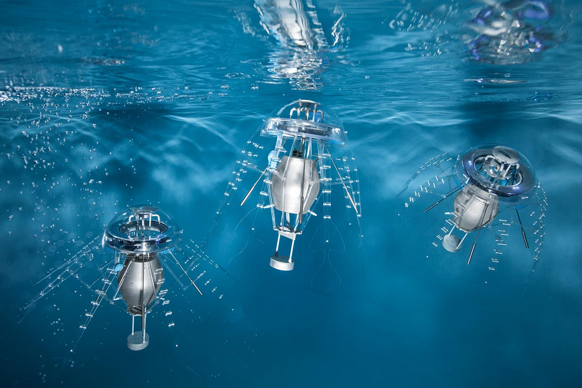 Drei AquaJellies, automatische Hightech-Quallen, schwimmen unter Wasser