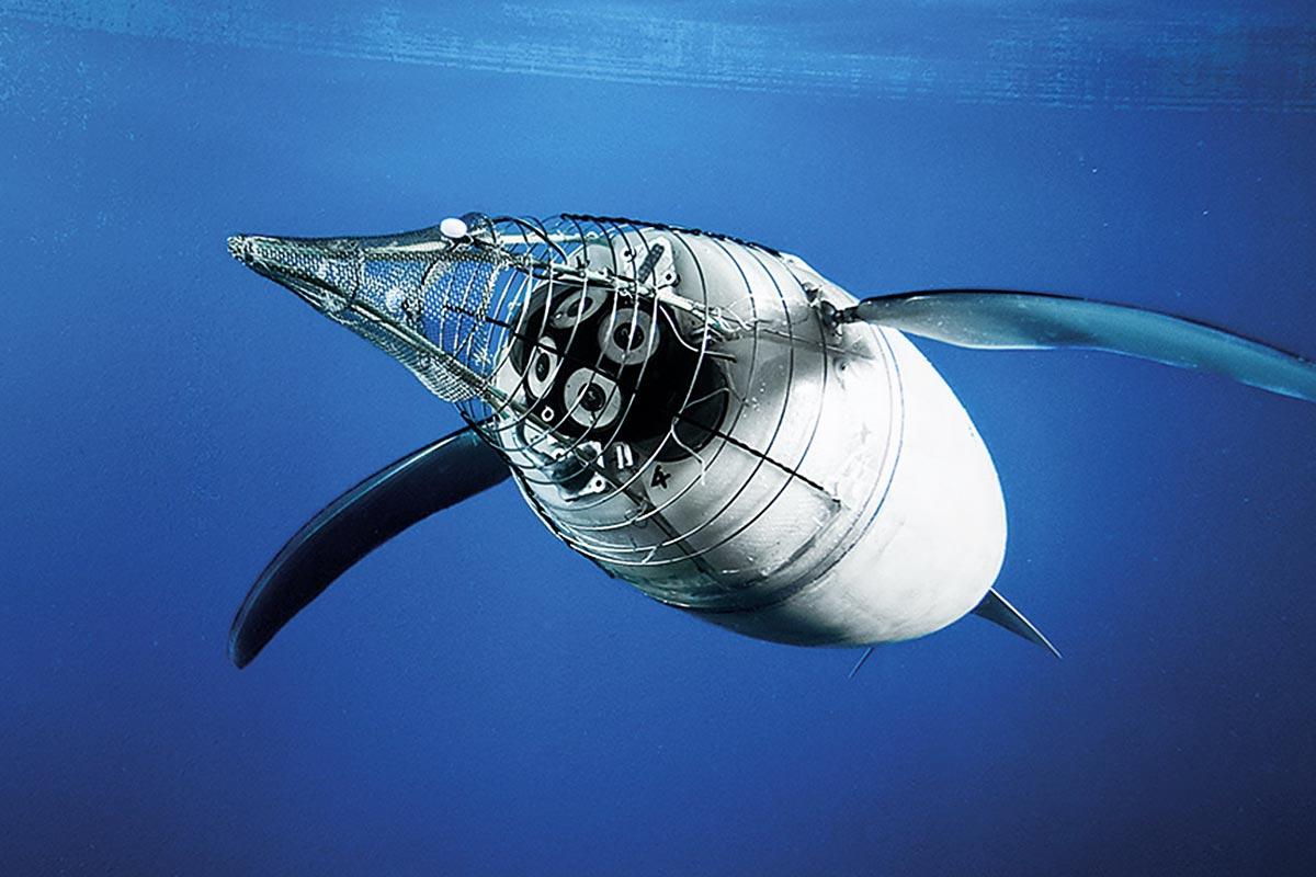 Ein großer, automatischer Pinguin, ein sogenannter AquaPenguin, schwimmt unter Wasser