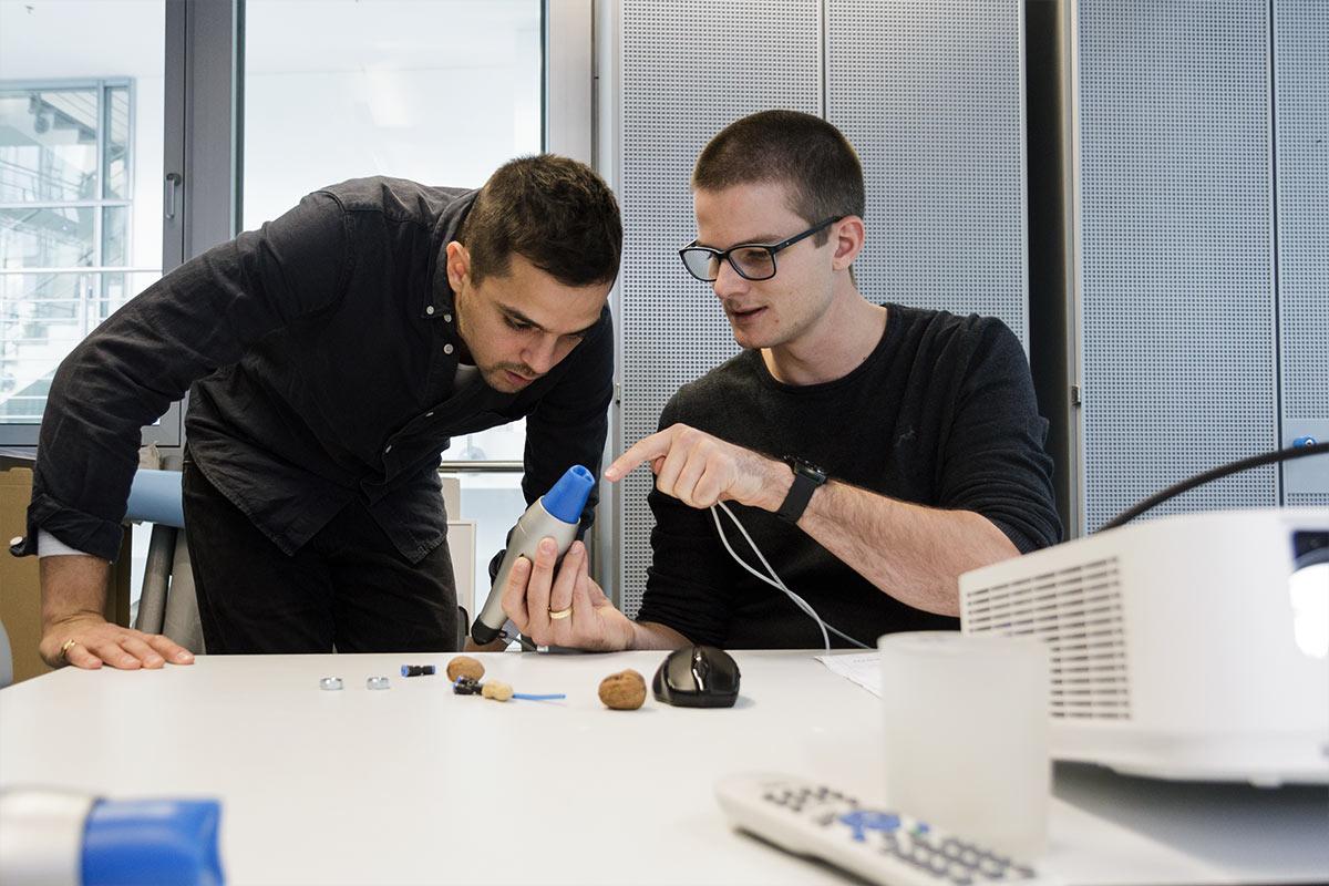 Mart zeigt einem Kollegen die Chamäleon-Zunge und was diese alles kann