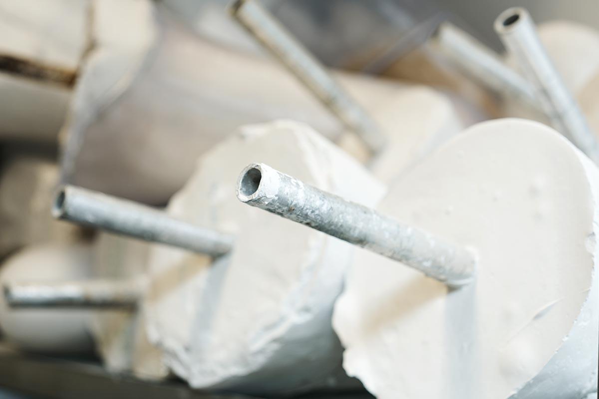 Prothesenrohlinge sind die Grundlage für die Ausgestaltung der Schaftform. Das Metallrohr dient zum einspannen der Prothese