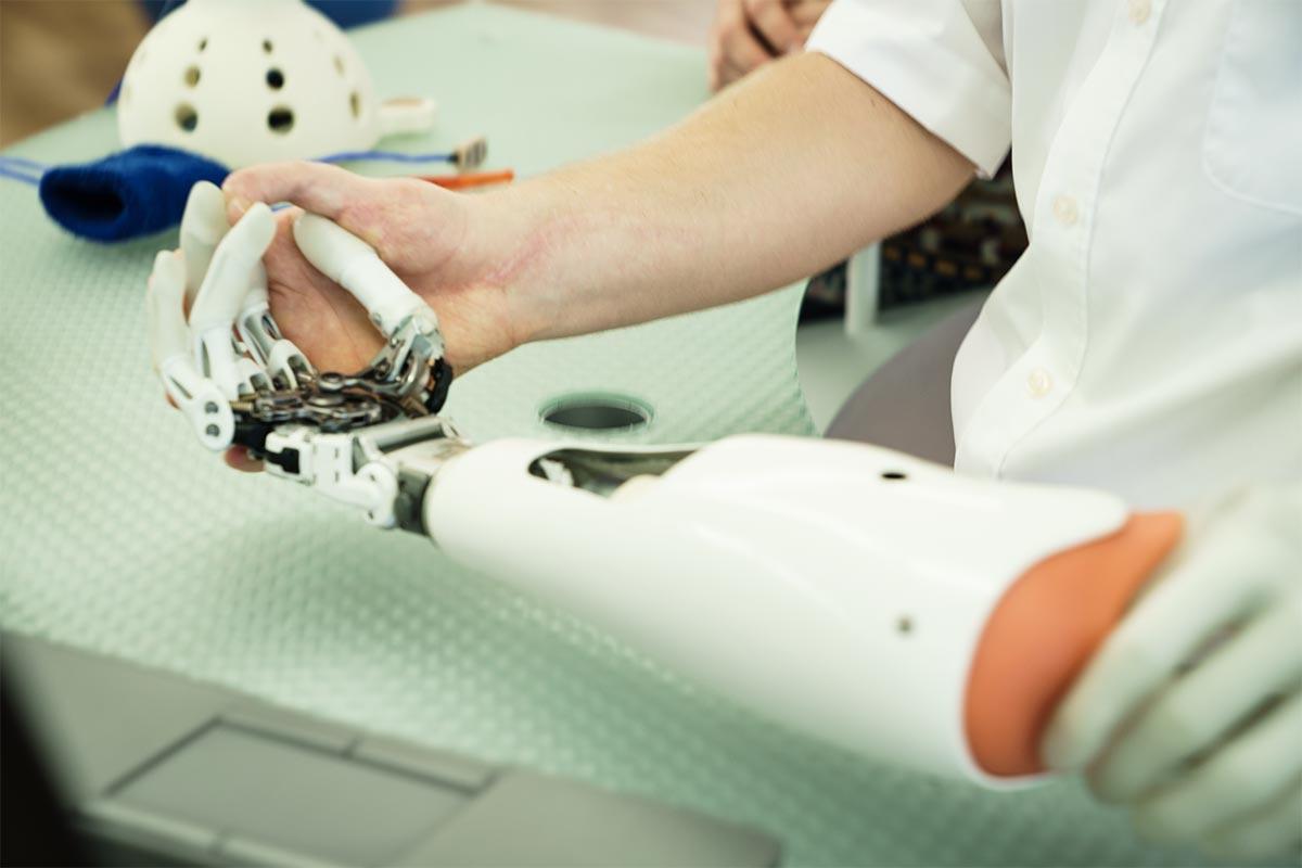 Feingliedrige Roboterhand mit Fingern
