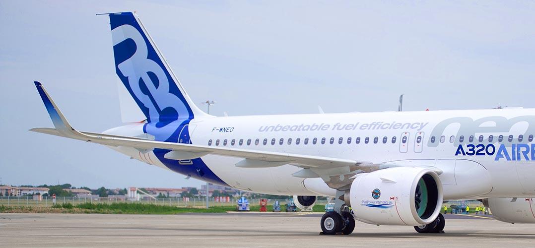 Ein Airbus A320 auf dem Rollfeld. Auch hier im Bild: die aufgestellten Flügelenden, sogenannte Winglets