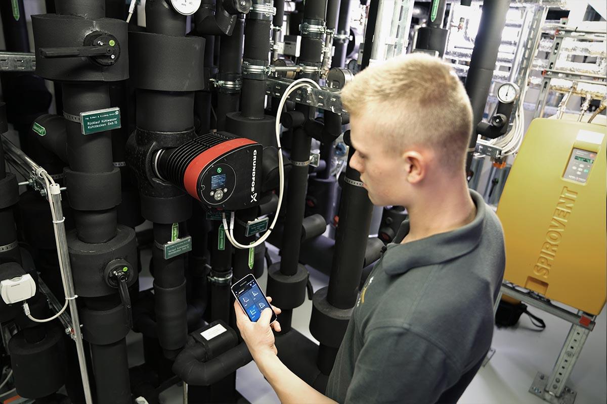 Viele Rohrleitungen einer Heizungsanlage. Auch hier behält Mechatroniker Leon den Durchblick