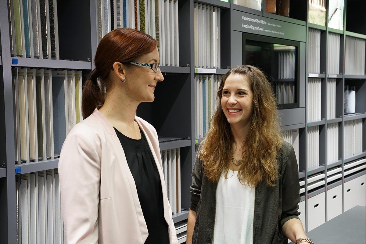 Melanie und Julia, die ebenso wie Melanie BWL-Industrie studiert hat und heute Ausbildungsleiterin ist