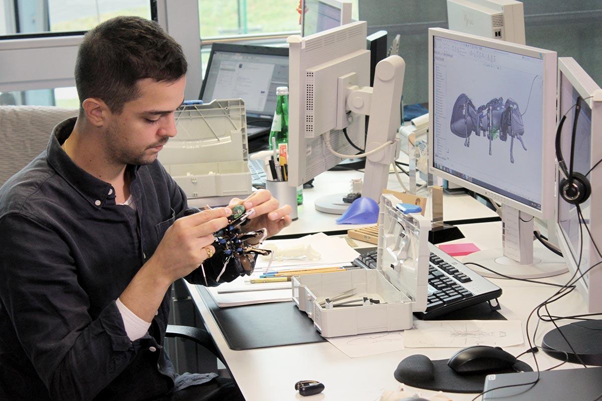Schrauben, basteln und erfinden gehört zu Sebastians täglichem Brot. Hier verbessert er eine Roboter-Ameise an seinem Computerarbeitsplatz