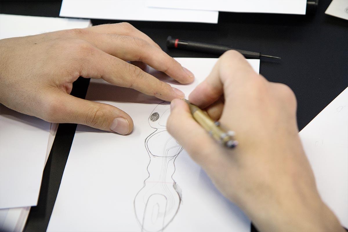Die ersten Scribbles der Roboter-Ameisen entstehen mit Bleistift auf Papier. Erst später konstruiert Sebastian am Computer weiter.
