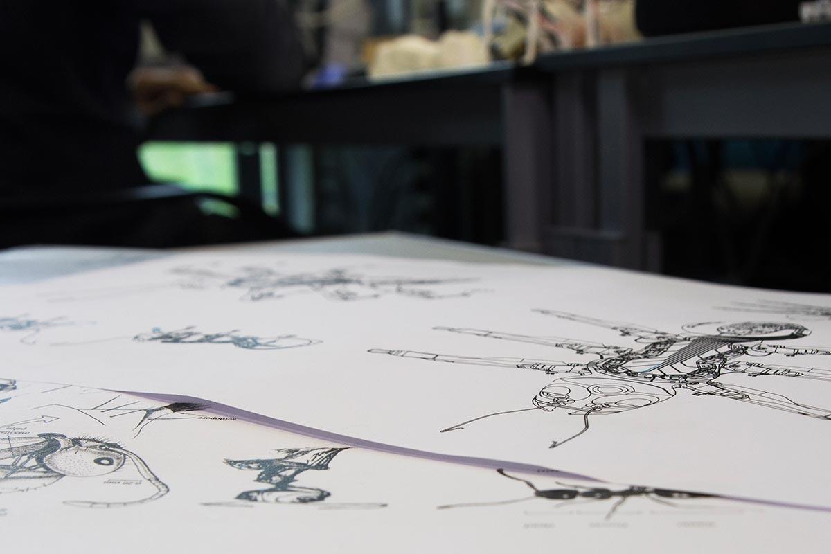 Viele Konstruktionszeichnungen und Scribbles. Für die Konstruktion der Roboterameise musste sich Sebastian sich tief in das Ameisenleben hineindenken. Nicht jeder Ansatz führt zum Erfolg