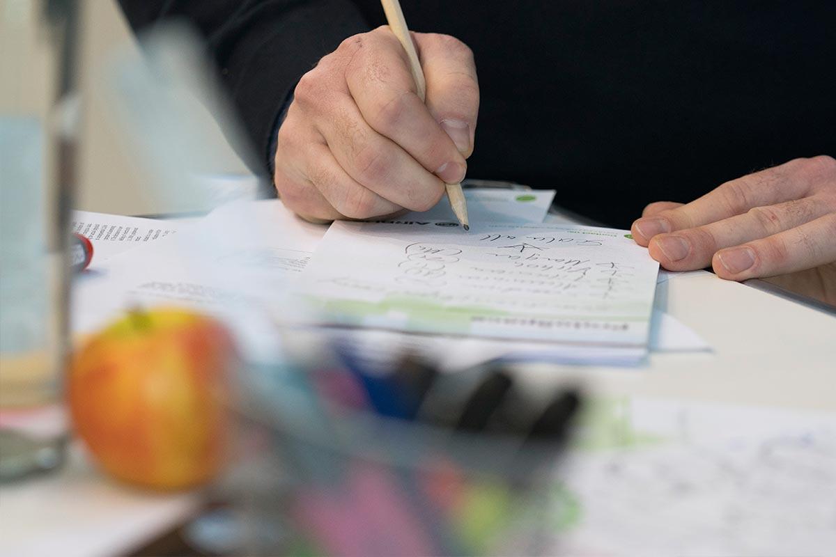 Vincent mach sich mit einem Bleistift handschriftliche Notizen. Nachhaltigkeitswissenschaftler müssen vielseitig sein und viele Dinge verstehen