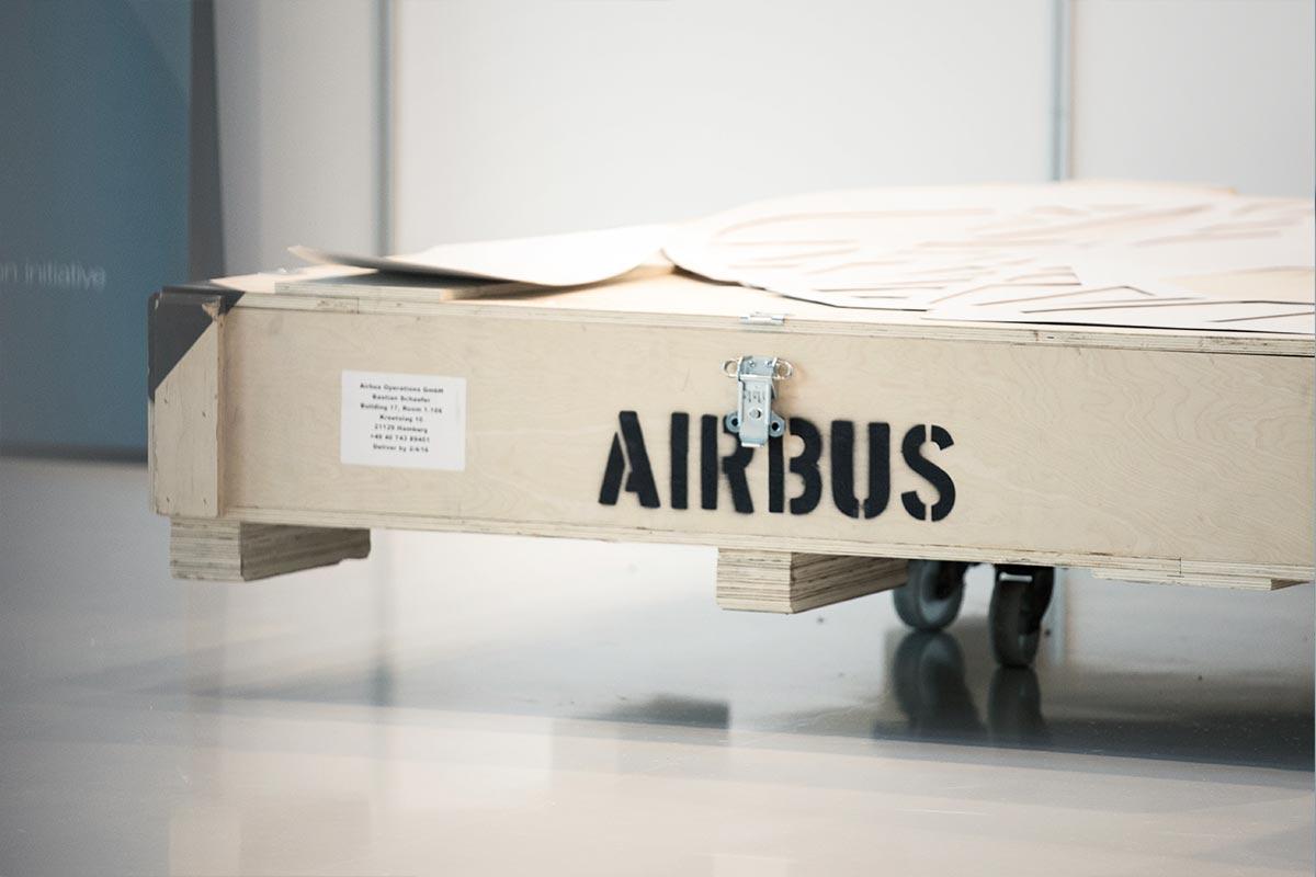 Eine Palettenkiste der Firma Airbus. Sie schützt sensible Bauteile von Prototypen vor Beschädigung – und vor neugierigen Blicken