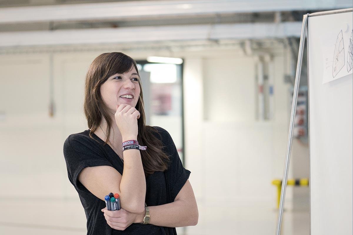 Christine vor einer Flipchart. Sie erstellt eine Mindmap um wichtige Einflußgrößen für die Ökologie von 3D-Druck zu ermitteln
