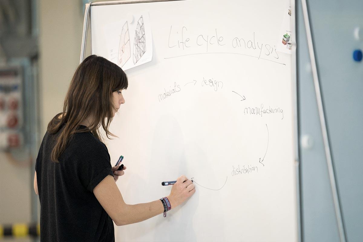 Nachhaltigkeitswissenschaftlerin Christine vor einer Flipchart