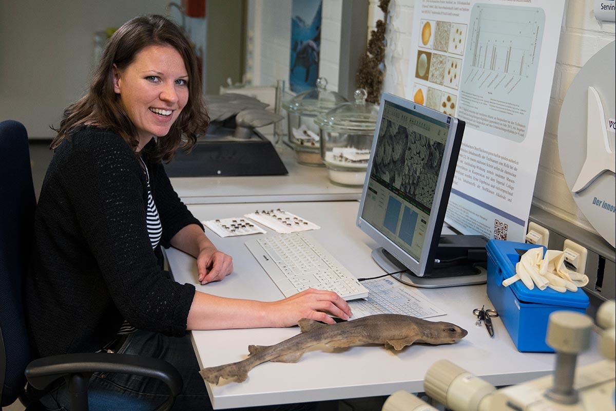 Stefanie an ihrem Computerarbeitsplatz. Sie hat maßgeblich am giftfreien Antifouling-Anstrich mitentwickelt
